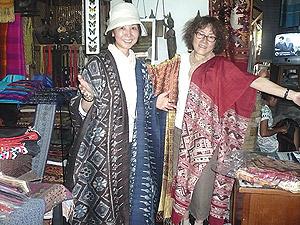 ラオスの布を体に巻いて喜ぶ2人
