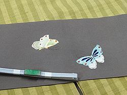 縞紬袷に菜の花に蝶刺繍名古屋帯