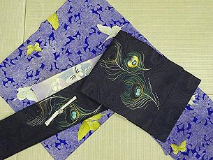 八重桜と蝶々の小紋に孔雀の羽根刺繍開き名古屋帯