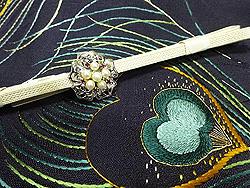 孔雀の羽根刺繍開き名古屋帯に銀と本パールの帯留