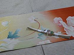 鳥に春の花切継ぎ帯にメノウ・紅水晶・オパールの宝珠三連帯留