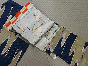流水文様単衣小紋にヨットにカモメと風景の図染帯