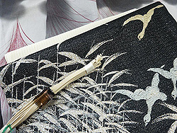 墨色ぼかしすすき単衣小紋に黒地葦に雁文様夏織名古屋帯