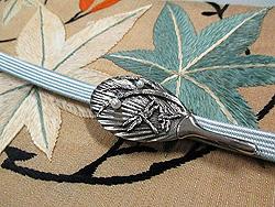 絽地楓丸紋刺繍夏帯と露芝にトンボ帯留