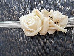 花唐草織り単衣中巾帯に白薔薇帯留