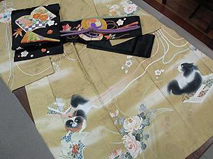 四季の花々と和本に狆の訪問着に黒繻子和本に四季の花々散らし刺繍帯