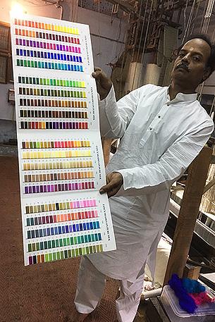 色糸を見せる5代目主人