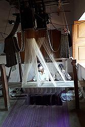 ジャガード機で2人1組になりベナレスサリーを織る