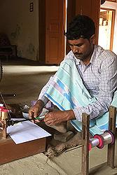 ザリ糸と銀糸を1本に織り込む