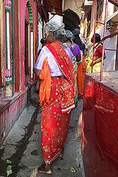 ガンガーに向かうサリーの女性
