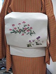 橙色縞袷にスミレとレンゲ春の刺繍帯