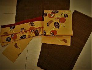緑地縦縞紬と柿刺繍名古屋帯
