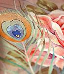 薔薇に孔雀の羽文様振袖