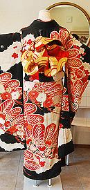 赤松に橘牡丹の図黒振袖