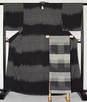 モノトーンで統一された着物と帯