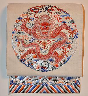 白地正面座龍の図刺繍丸帯