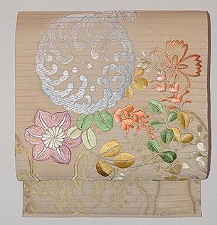 白地秋草の刺繍丸帯