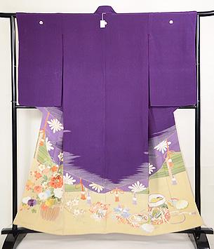 紫地松皮菱取御簾に花籠の色留袖