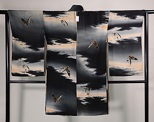 夕焼け空に雀の羽織
