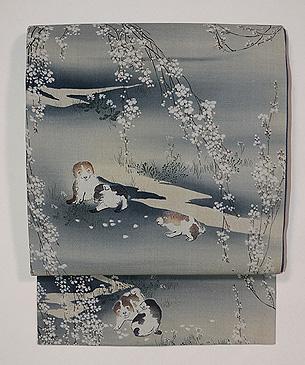 縮緬地しだれ桜に遊ぶむく犬の名古屋帯